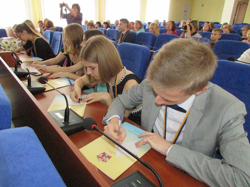 У Новограді-Волинському урочисто вручили золоті та срібні медалі випускникам закладів загальної середньої освіти міста, фото-11