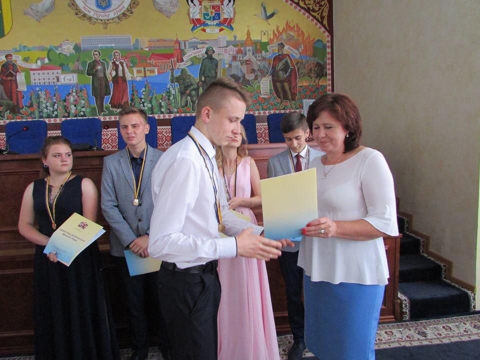 У Новограді-Волинському урочисто вручили золоті та срібні медалі випускникам закладів загальної середньої освіти міста, фото-16