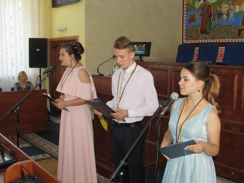 У Новограді-Волинському урочисто вручили золоті та срібні медалі випускникам закладів загальної середньої освіти міста, фото-8