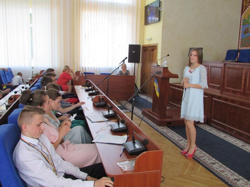 У Новограді-Волинському урочисто вручили золоті та срібні медалі випускникам закладів загальної середньої освіти міста, фото-13