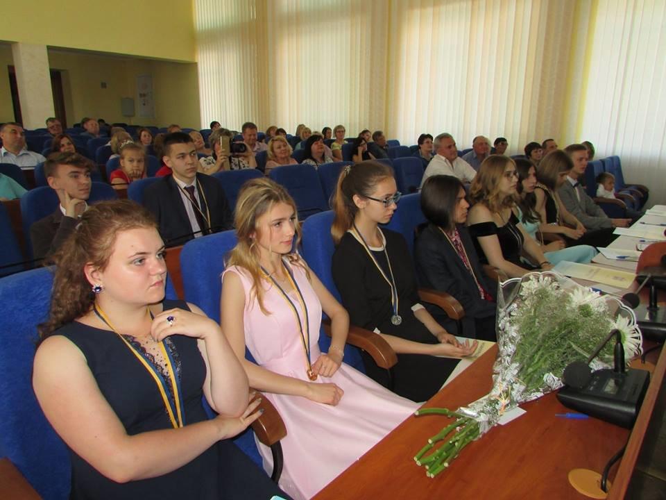 У Новограді-Волинському урочисто вручили золоті та срібні медалі випускникам закладів загальної середньої освіти міста, фото-2