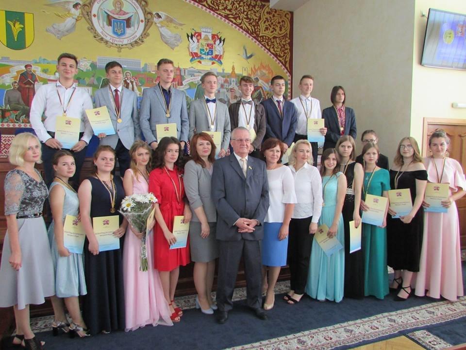 У Новограді-Волинському урочисто вручили золоті та срібні медалі випускникам закладів загальної середньої освіти міста, фото-3