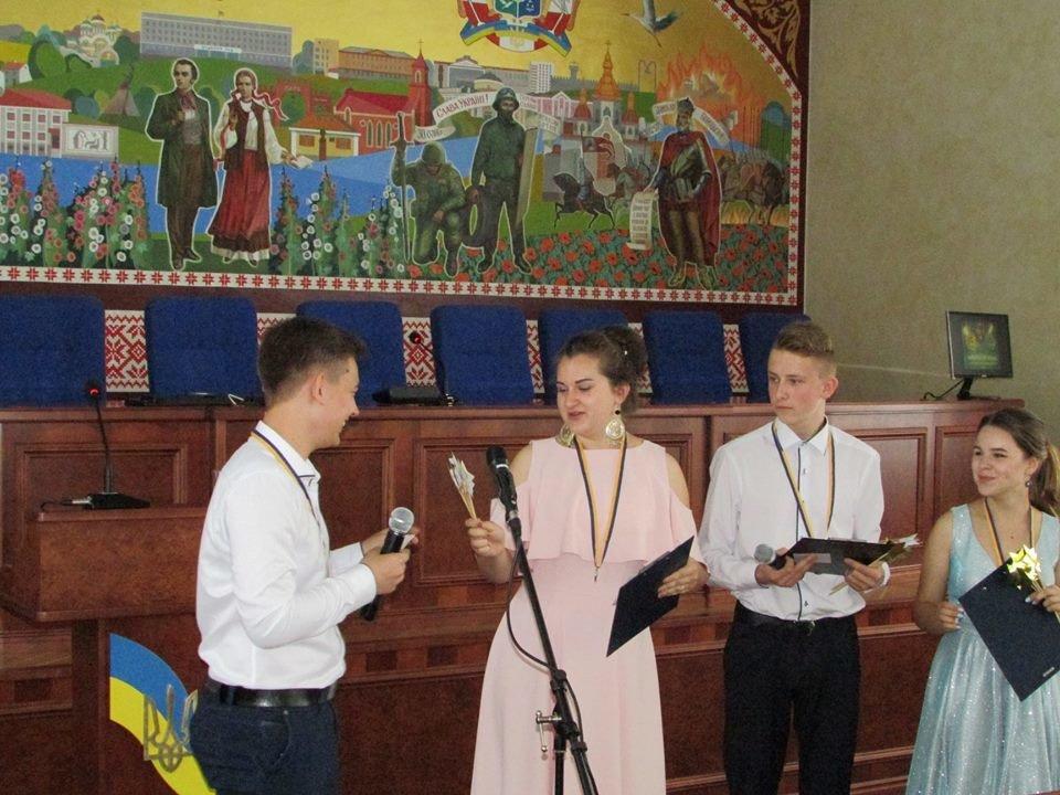 У Новограді-Волинському урочисто вручили золоті та срібні медалі випускникам закладів загальної середньої освіти міста, фото-4
