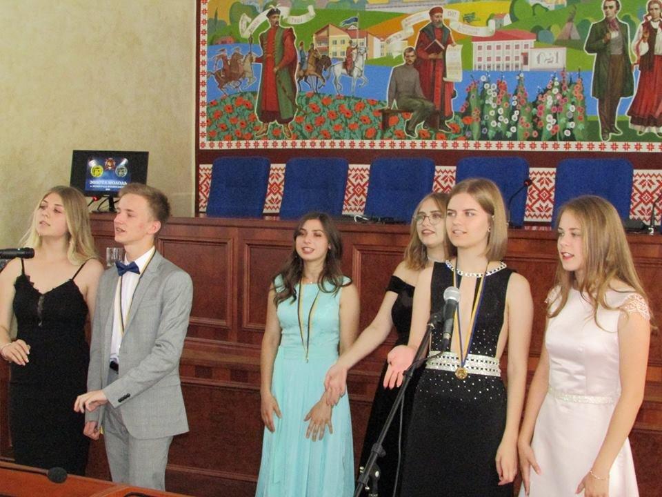 У Новограді-Волинському урочисто вручили золоті та срібні медалі випускникам закладів загальної середньої освіти міста, фото-5