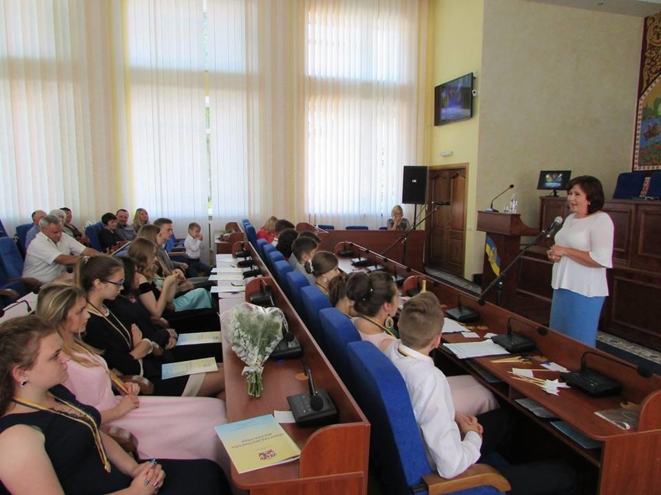 У Новограді-Волинському урочисто вручили золоті та срібні медалі випускникам закладів загальної середньої освіти міста, фото-6