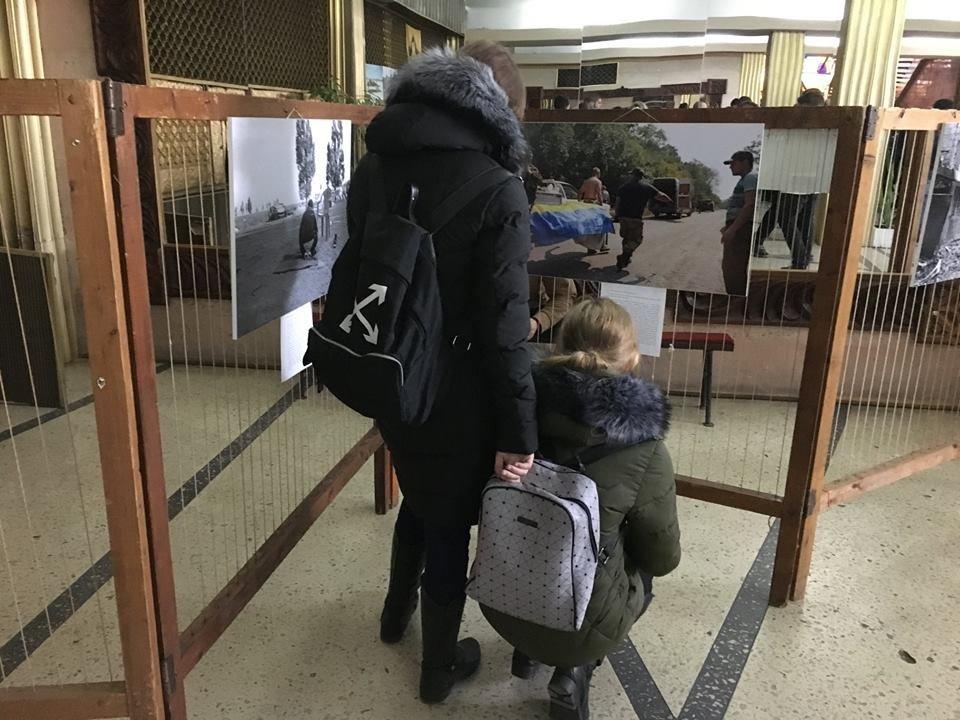В рамках проекту «Вiйна поруч» у Новограді-Волинському вiдбулось вiдкриття фотовиставки «Лінія фронту», фото-3