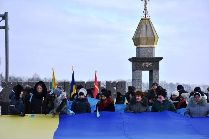 У День Соборності жителі Житомирщини та Рівненщини об'єднались та розгорнули 200-метровий прапор, фото-1