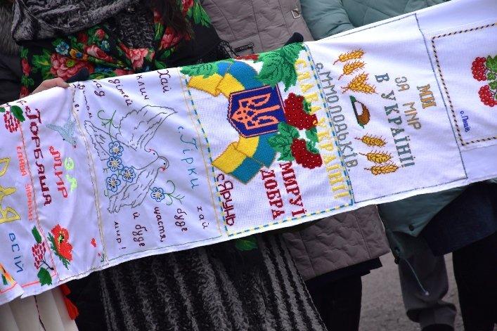 У День Соборності жителі Житомирщини та Рівненщини об'єднались та розгорнули 200-метровий прапор, фото-5