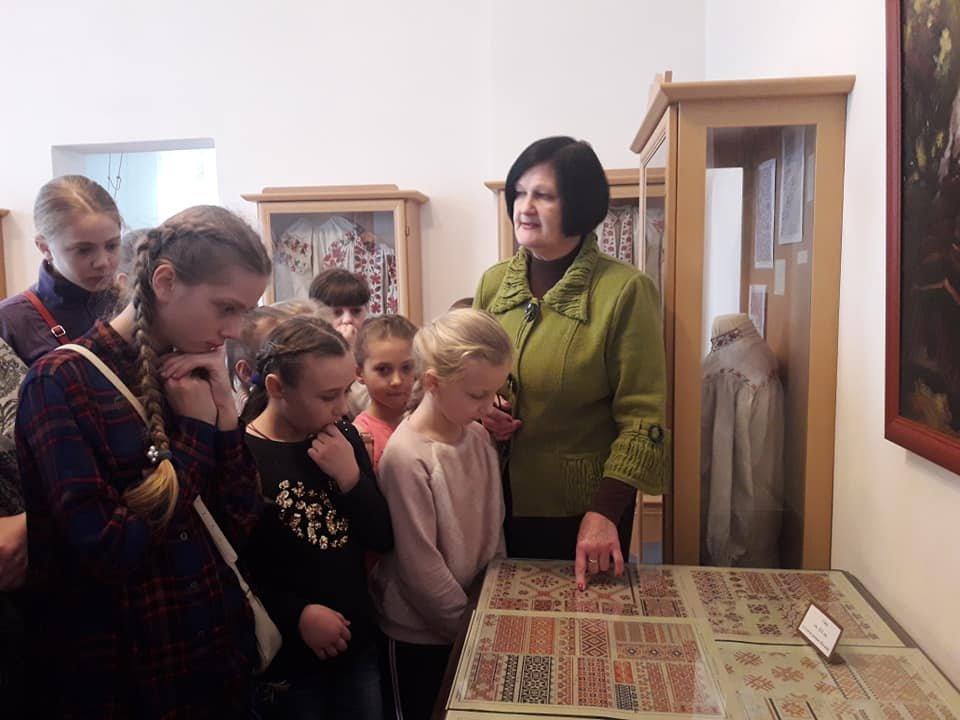 У Новограді-Волинському вишивають рушник за узорами Олени Пчілки, фото-1