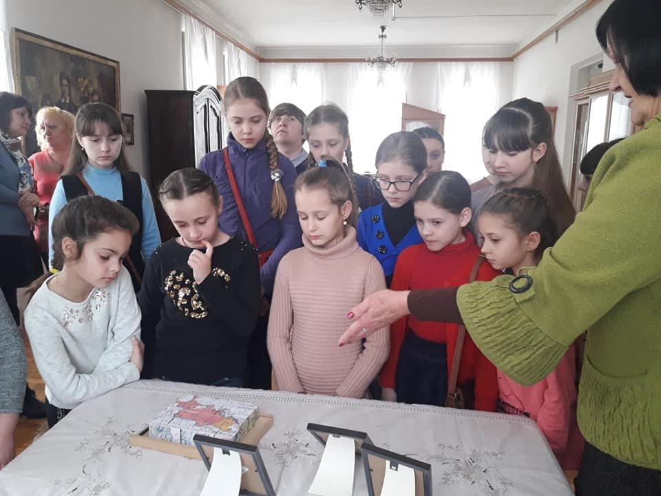У Новограді-Волинському вишивають рушник за узорами Олени Пчілки, фото-2
