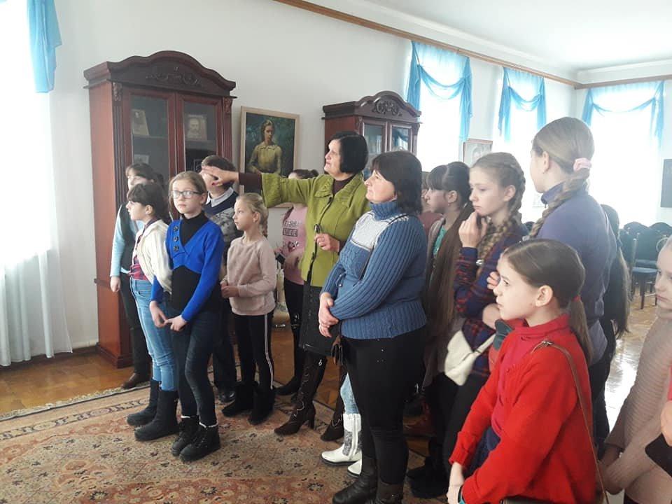 У Новограді-Волинському вишивають рушник за узорами Олени Пчілки, фото-3