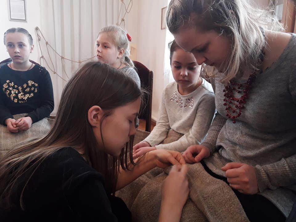 У Новограді-Волинському вишивають рушник за узорами Олени Пчілки, фото-5