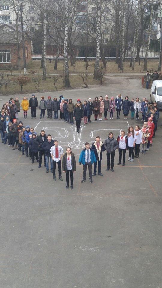 Учні Новоград-Волинської школи-інтернат вшанували Державний герб України флешмобом, фото-1