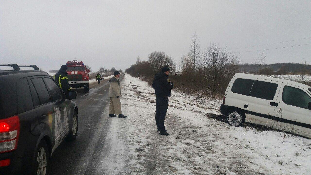 За добу рятувальники Житомирщини витягнули з кюветів два автомобілі, фото-1