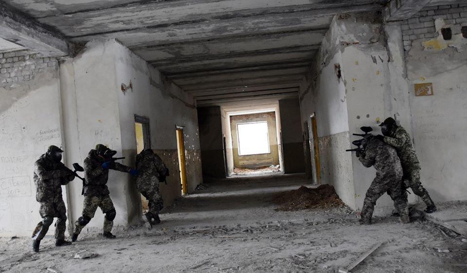 Військовослужбовці 30 ОМБр відпрацьовували питання по роботі в населеному пункті та зачистки будівлі, фото-5
