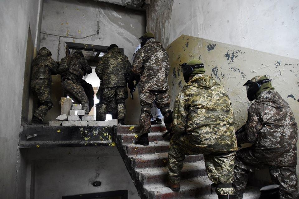 Військовослужбовці 30 ОМБр відпрацьовували питання по роботі в населеному пункті та зачистки будівлі, фото-3