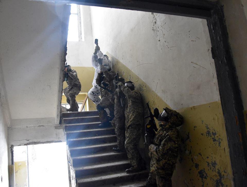 Військовослужбовці 30 ОМБр відпрацьовували питання по роботі в населеному пункті та зачистки будівлі, фото-4