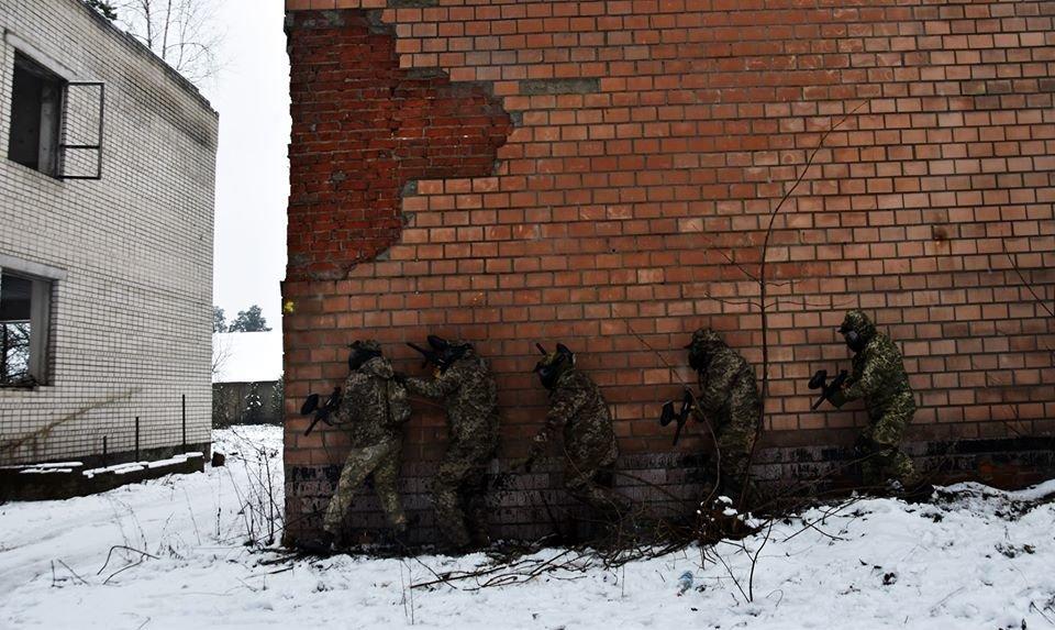 Військовослужбовці 30 ОМБр відпрацьовували питання по роботі в населеному пункті та зачистки будівлі, фото-6