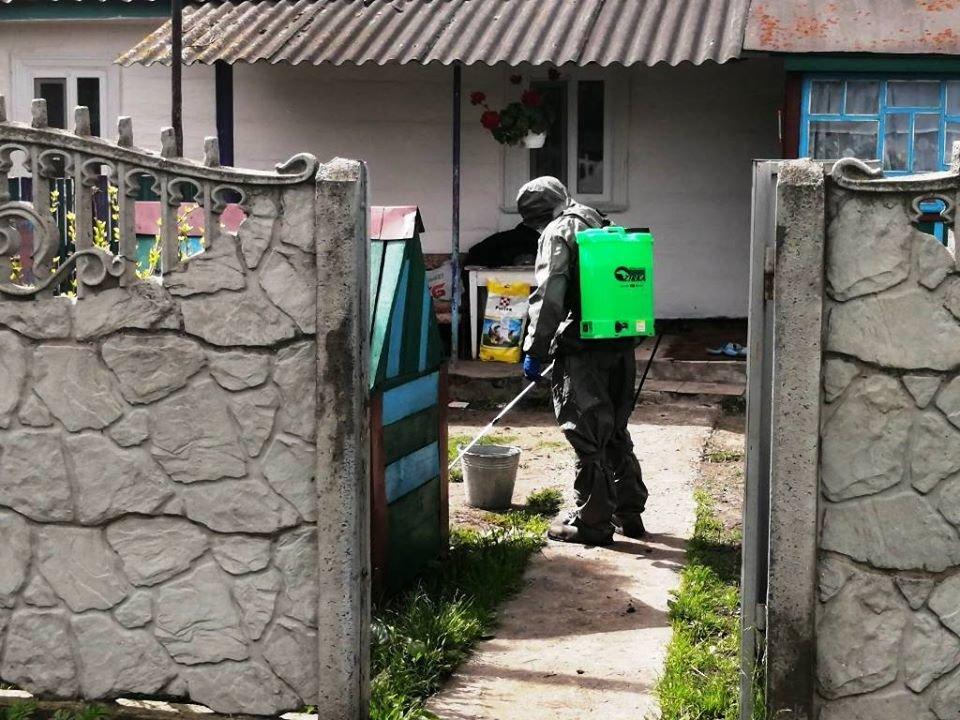 Новоградські рятувальники провели дезінфекцію обійстя, де проживає хвора на C0VID-19 людина, фото-1